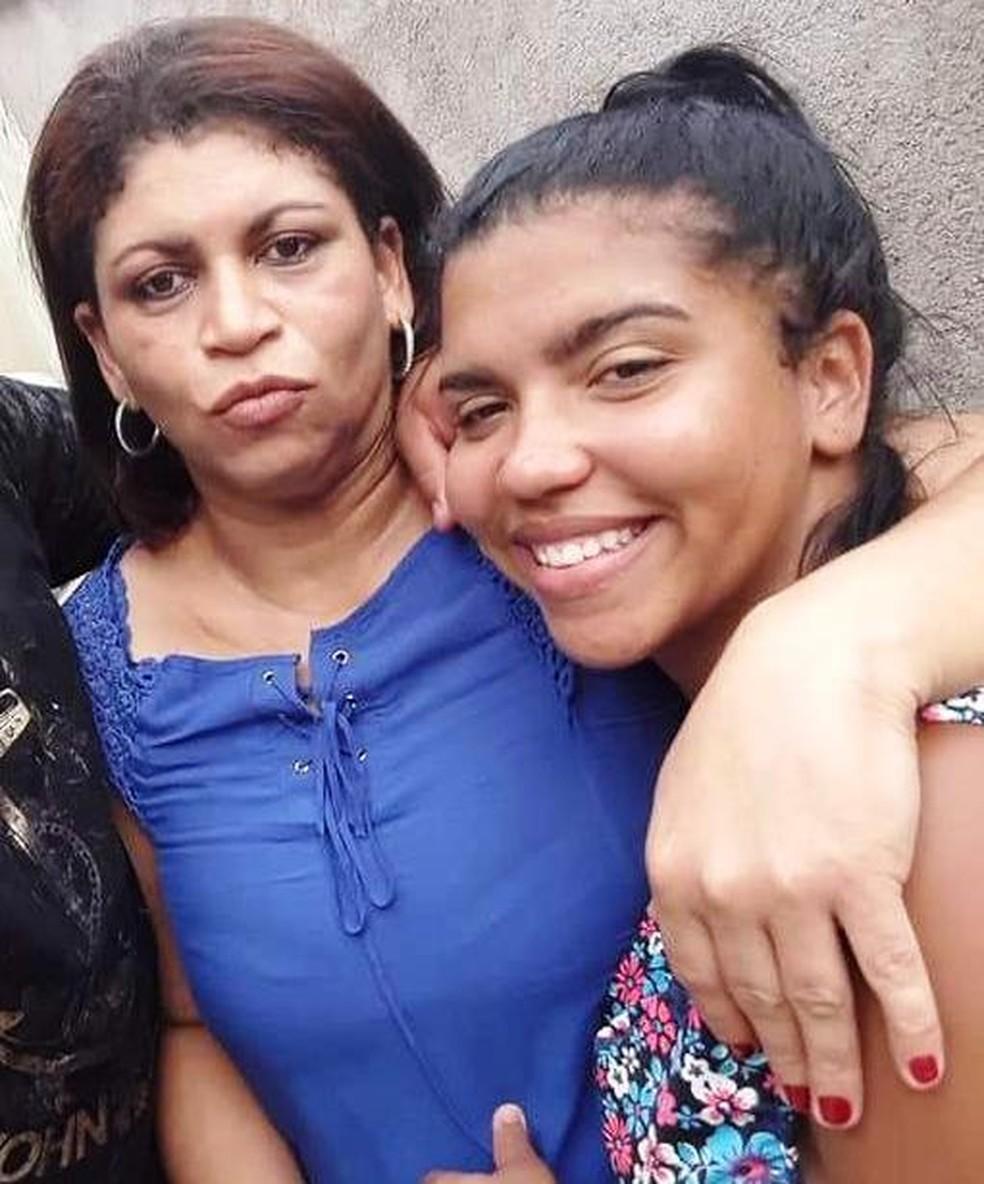 Isabele Pedroso e a mãe Valdete, que moram em São Vicente, SP (Foto: Arquivo Pessoal)
