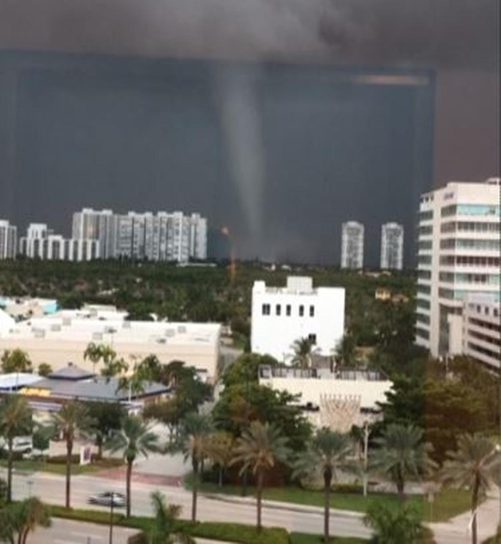 Tromba d'água registrada na Flórida nesta quarta (19) se transformou em um tornado antes de voltar ao mar e perder força — Foto: Aventura Hospital and Medical Center via NBC/Reprodução