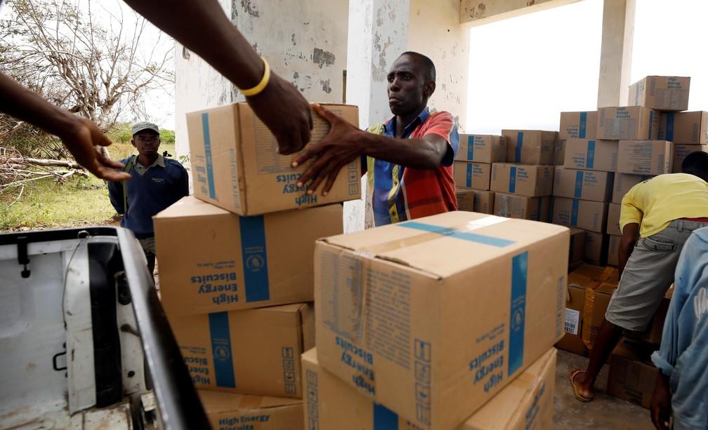 Moçambicano recebe ajuda após passagem do ciclone Kenneth na ilha do Ibo, ao norte de Pemba, em Moçambique. Imagem de 1º de maio  — Foto: Mike Hutchings/ Reuters