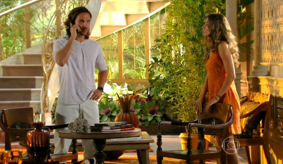 Alberto (Igor Rickli) liga para Dom Rafael (Cesar Troncoso) na frente de Ester (Grazi Massafera), em 'Flor do Caribe' — Foto: Globo