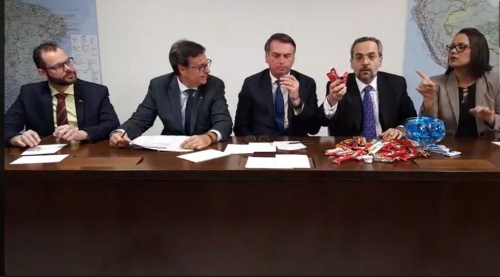 O ministro da Educação, Abraham Weintraub, ao lado do presidente Jair Bolsonaro, durante transmissão no Facebook sobre o contingenciamento orçamentário das universidades federais — Foto: Reprodução/Facebook