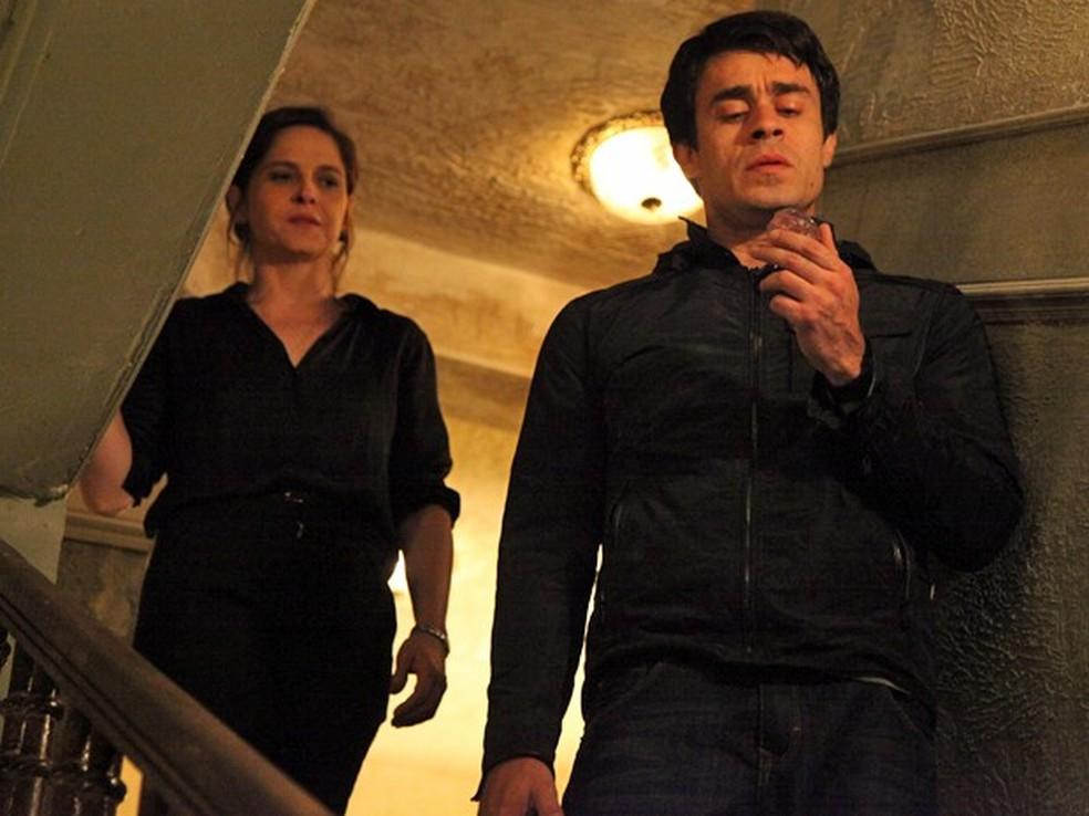 Fernando (Erom Cordeiro) pega o diamante rosa do bolso de Cora (Drica Moraes) - 'Império' — Foto: Carol Caminha/Globo