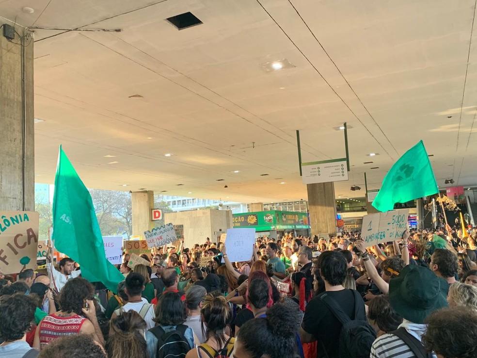 BRASÍLIA, 17h20: Manifestantes de reúnem na Rodoviária do Plano Piloto em defesa da Amazônia — Foto: Brenda Ortiz/G1