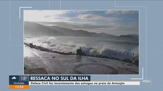 Ressaca do mar destrói calçadão na Praia da Armação em Florianópolis