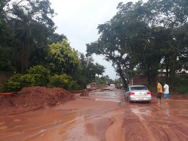 Rua no bairro Tangarás foi tomada pela lama (Foto: Sérgio/Arquivo Pessoal)