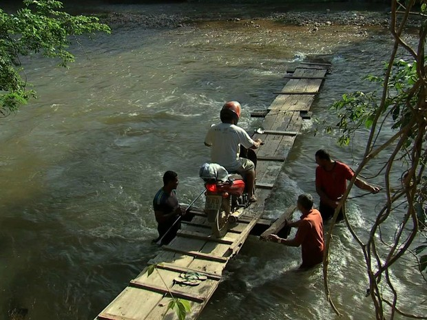 Ponte que era usada por moradores caiu durante enchente (Foto: Reprodução/TVCA)