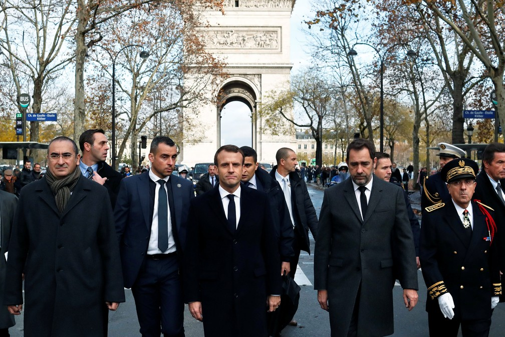Presidente da França, Emmanuel Macron, o ministro do Interior da França, Christophe Castaner, o secretário de Estado Laurent Nunez e responsável da polícia de Paris (Michel Delpuech) fazem visitas neste sábado (2), dia seguinte a uma manifestação em Paris — Foto: Thibault Camus/Reuters