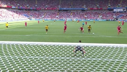 Reserva da Bélgica perde três chances incríveis... até que marca
