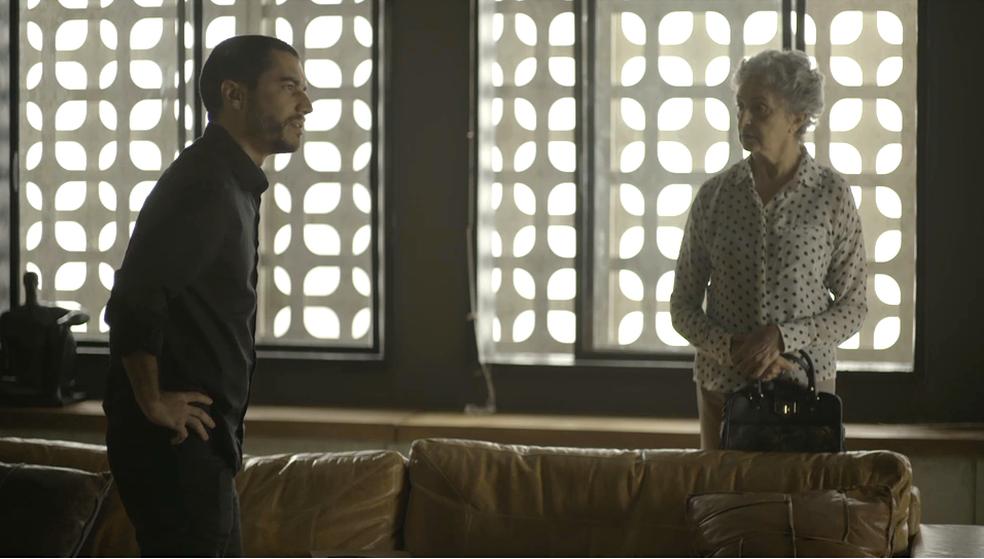 Camilo (Lee Taylor) acha que Berta (Ana Lucia Torre) está acobertando Vivi (Paolla Oliveira), em 'A Dona do Pedaço' — Foto: TV Globo