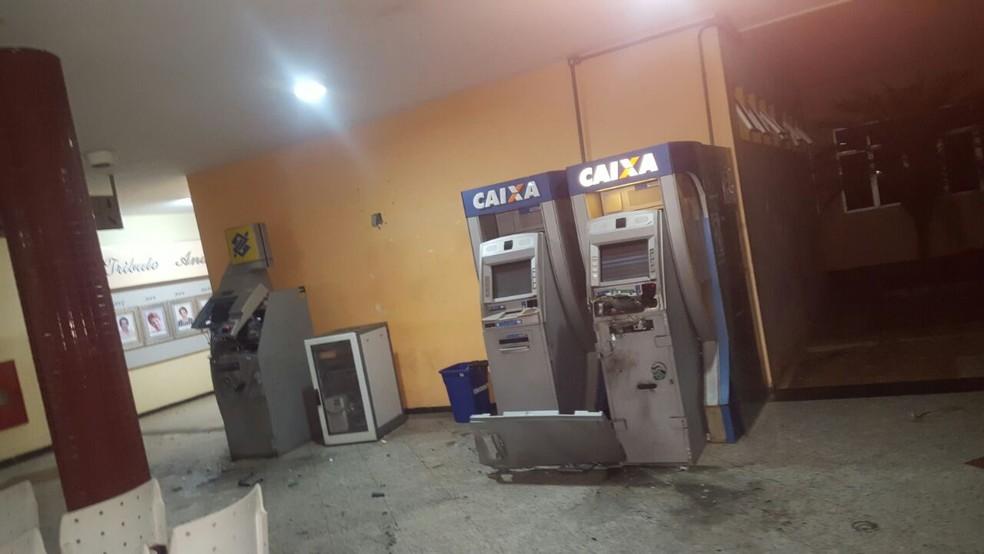 Bandidos explodiram terminais eletrônicos da Caixa Econômica Federal e Banco do Brasil  (Foto: Divulgação/PM)