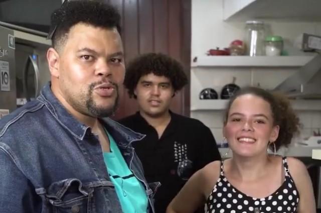 Babu Santana com os filhos Carlos e Laura (Foto: Reprodução)