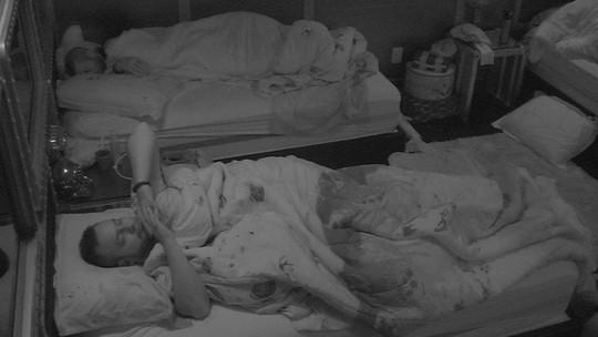 Diego dorme com as mãos para cima