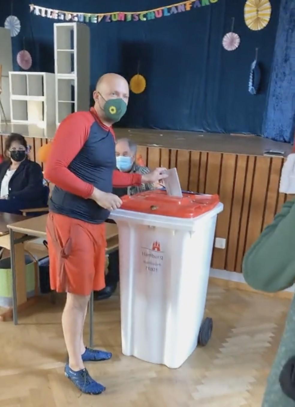 O parlamentar Manuel Sarrazin, dos Verdes, foi nadando até o local de votação em Hamburgo, no norte da Alemanha, neste domingo (26), e votou usando uma roupa de banho vermelha, como havia prometido se 500 euros fossem doados para presos políticos em Belarus. — Foto: Reprodução/Instagram Manuel Sarrazin