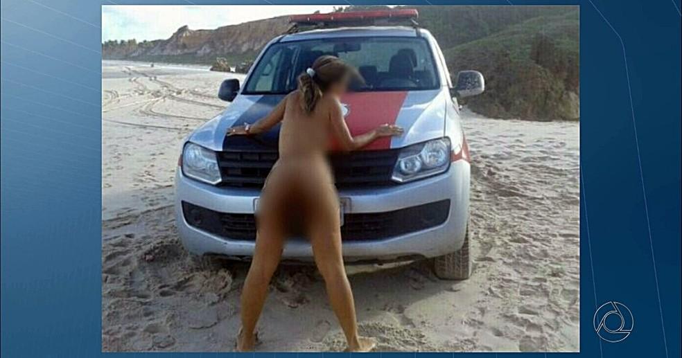 Corregedoria da PM investiga caso de mulher que posou nua junto a viatura na praia de Tambaba, no litoral sul da Paraíba (Foto: Reprodução/TV Cabo Branco)