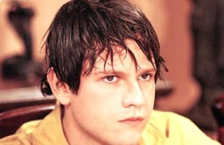 Selton Mello com os cabelos bem diferentes no papel de Emanuel em 'A indomada' (1997) Reprodução