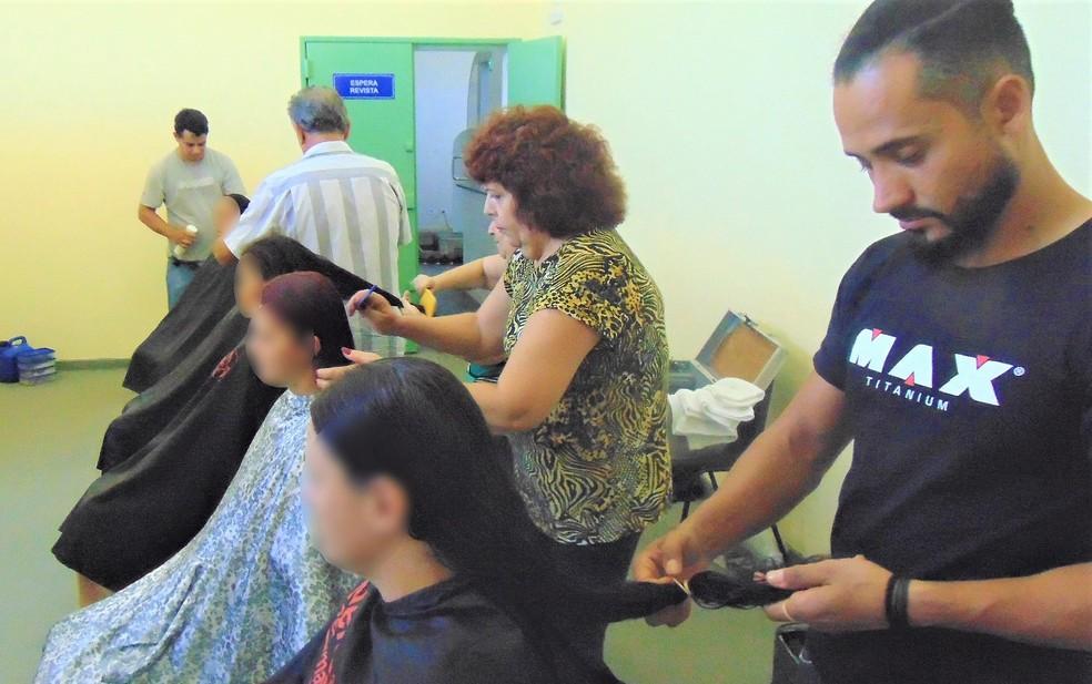 Profissionais de salão de beleza cortam os cabelos das presas na Penitenciária de Guariba (SP) — Foto: SAP/Divulgação