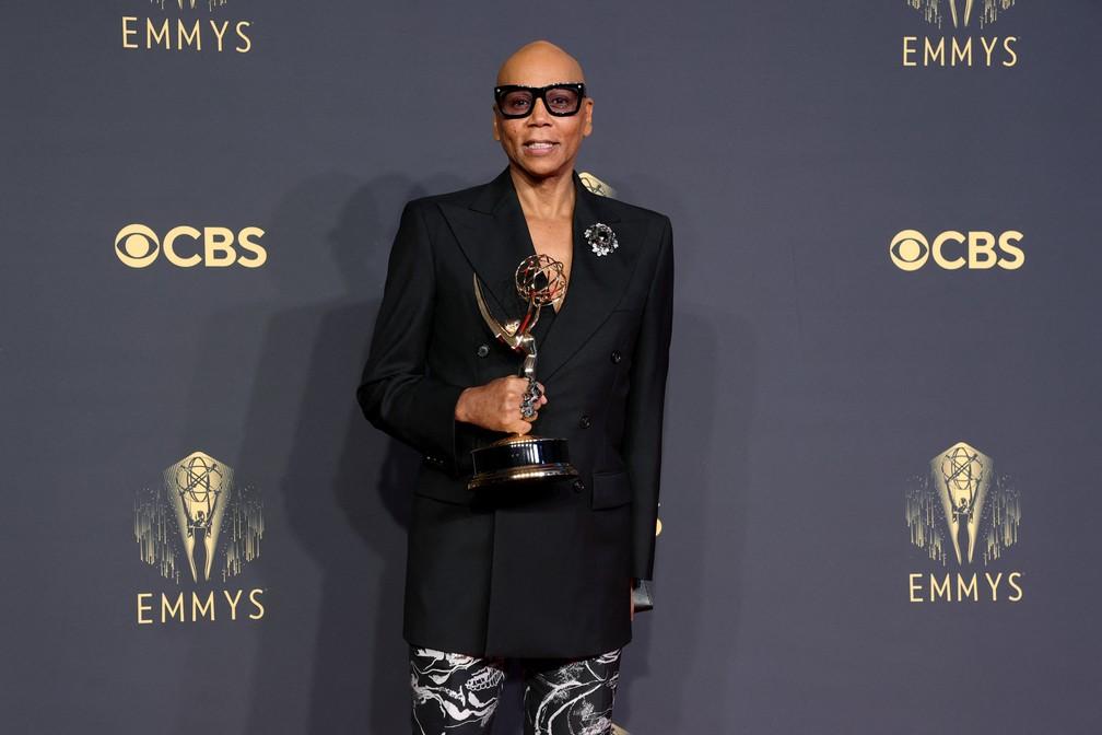 RuPaul mostra o prêmio que ganhou no Emmy 2021 — Foto: Rich Fury/Getty Images North America/Getty Images via AFP