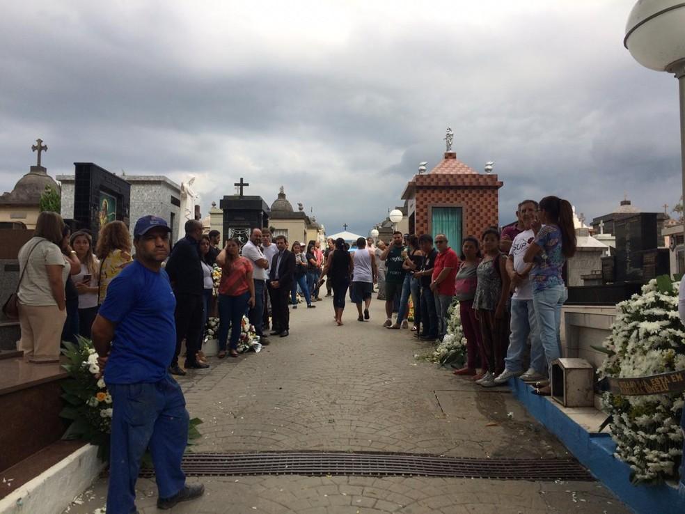 Familiares e amigos aguardam enterros das vítimas do massacre em Suzano — Foto: Glauco Araújo/G1