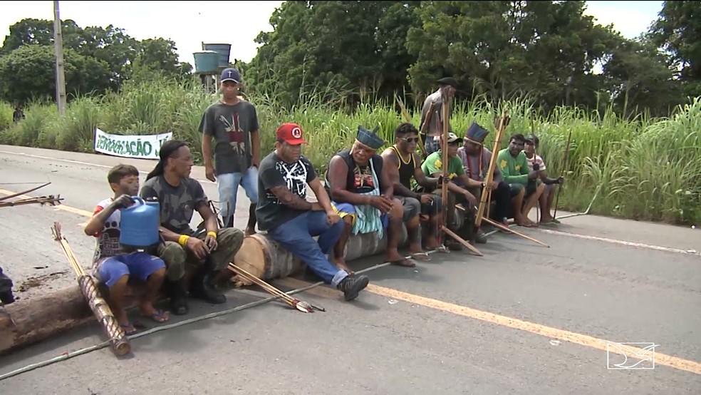Indígenas interditam trecho da BR-316 entre Santa Inês e Bom Jardim. — Foto: Reprodução/TV Mirante