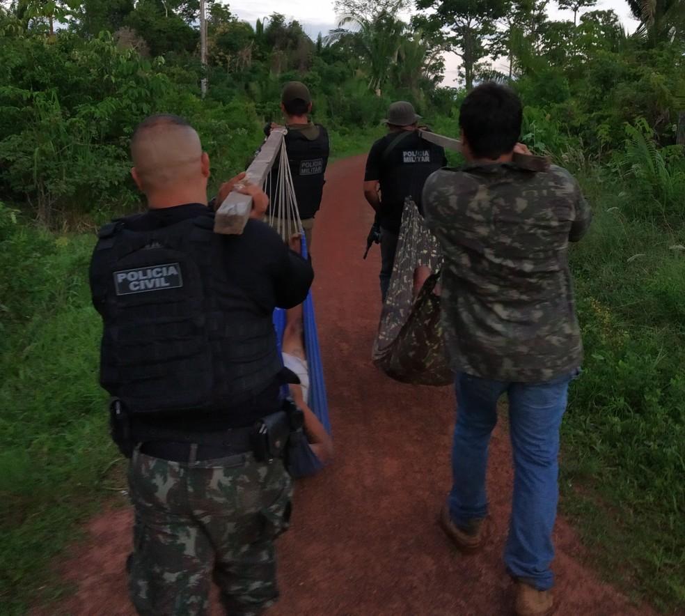 Policiais precisaram carregar os corpos em redes porque o local onde ocorreu a troca de tiros é isolado — Foto: Polícia Civil de Alenquer/Divulgação
