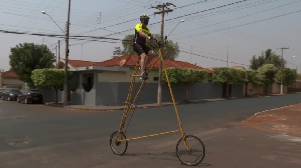 Eletricista faz sucesso em Pitangueiras, SP, com construção de bicicletas malucas