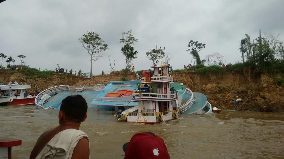 Aproximadamente 35 pessoas estavam dentro do barco. Todas foram resgatadas com vida (Foto: Divulgação/Dário Silva)