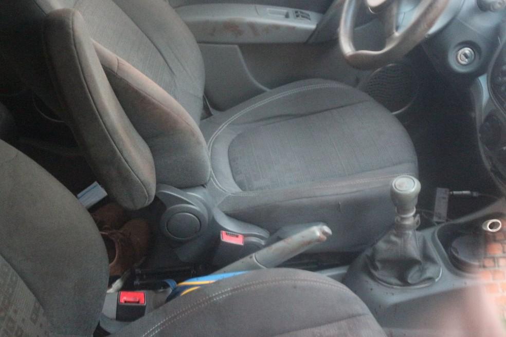 Interior do carro possui manchas, que segundo a polícia seriam de sangue — Foto: José Marcelo/G1PI