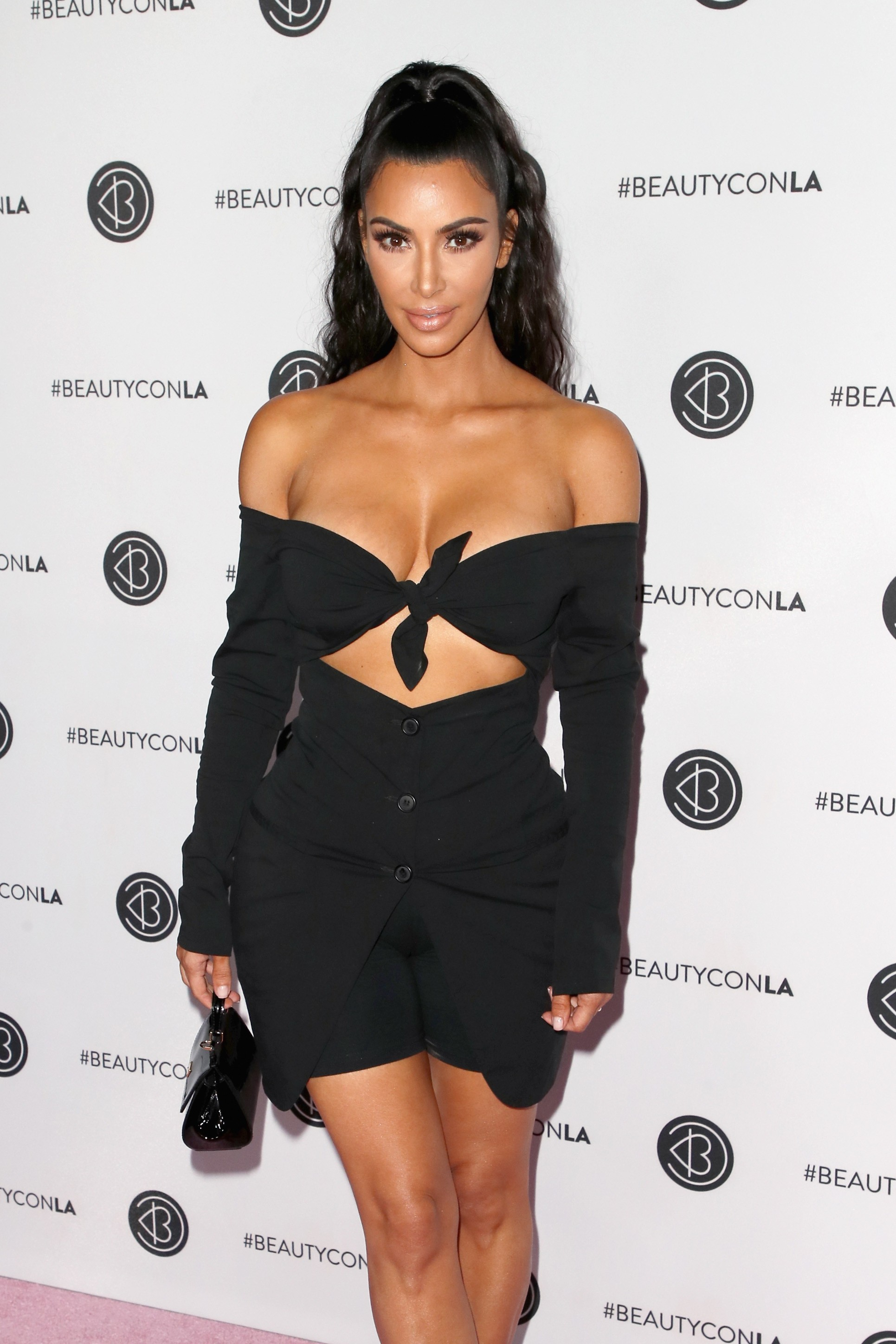 A socialite Kim Kardashian West no red carpet do evento de beleza em que compareceue em Los Angeles (Foto: Getty Images)
