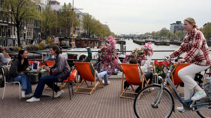 BBC Holanda precisou voltar a impor restrições à ocupação de restaurantes e bares (Foto: Getty Images via BBC)