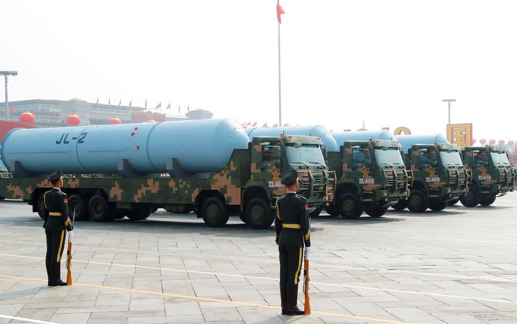 Veículos militares transportam o míssil JL-2, que pode ser lançado de submarinos — Foto: Thomas Peter / Reuters