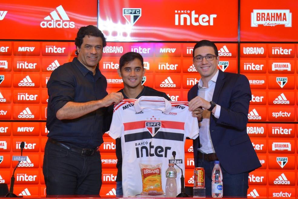 Everton Felipe é apresentado pelo diretor Raí e pelo gerente Alexandre Pássaro (Foto: Érico Leonan/saopaulofc.net  )