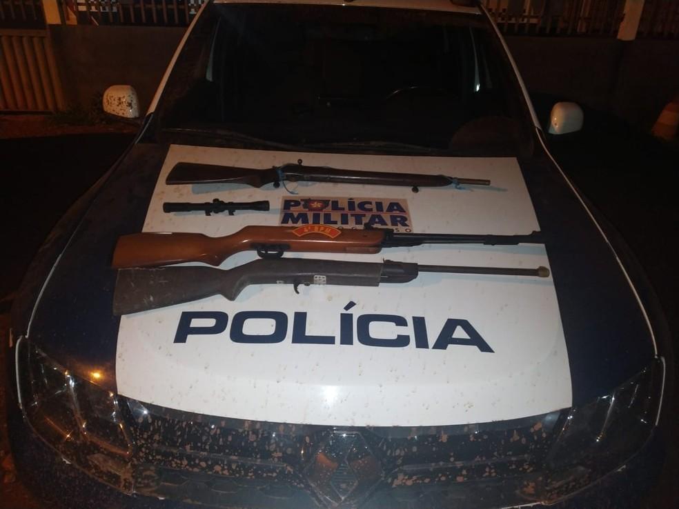 Armas apreendidas na casa do suspeito — Foto: Polícia Militar - MT