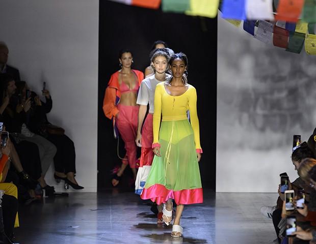 O neon deixa as passarelas para dominar a moda de rua (e o guarda-roupa das famosas!) (Foto: Imaxtree)