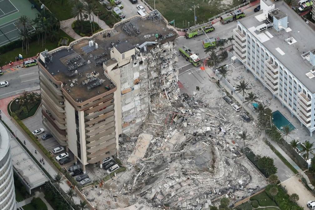 Vista aérea do prédio de 12 andares em Miami Beach que desabou nesta quinta-feira (24) — Foto: Amy Beth Bennett /South Florida Sun-Sentinel via AP