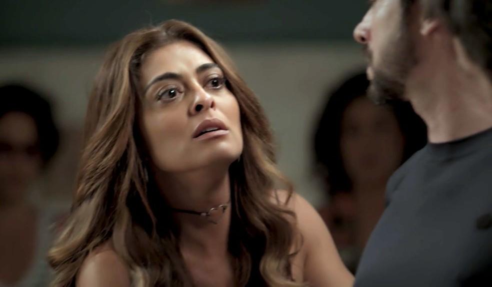 Em 'A Força do Querer', Bibi (Juliana Paes) implora pelo número da conta de Rubinho (Emilio Dantas) e diz que não tem como voltar para casa — Foto: Globo