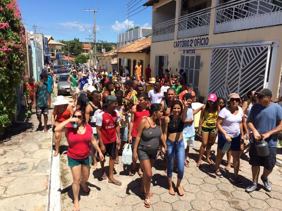 Molhar os foliões é tradição no Carnaval de Arraias — Foto: Cassiano Rolim/TV Anhanguera