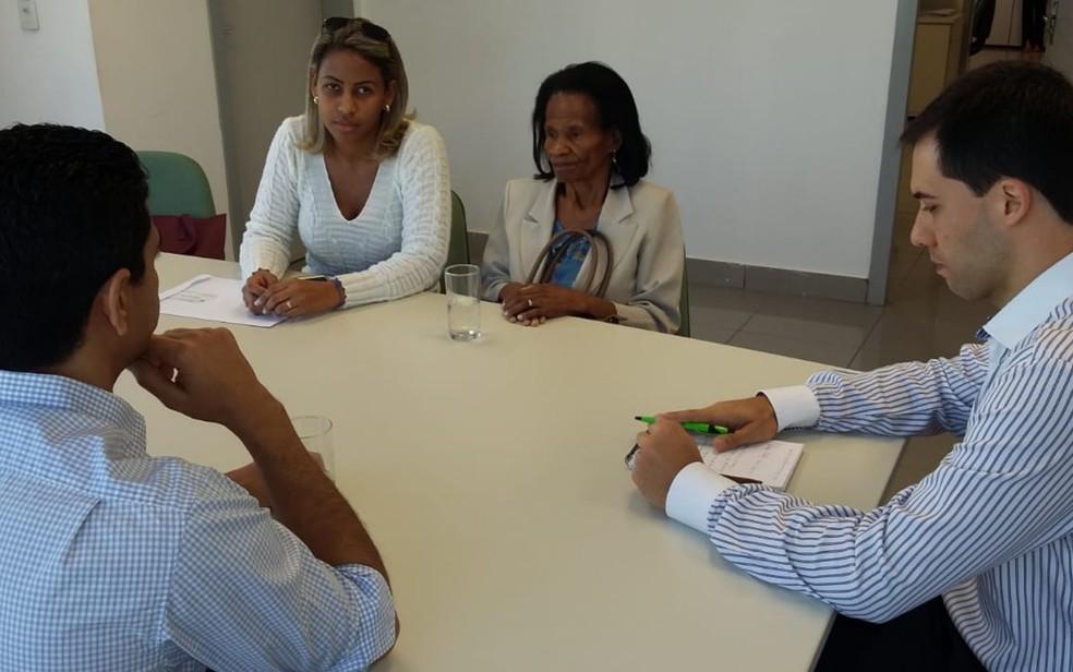 Família de goiano morto na Angola se reúne com membros do Gabinete de Assuntos Internacionais para tratar sobre o traslado (Foto: Rosane Mendes/TV Anhanguera)