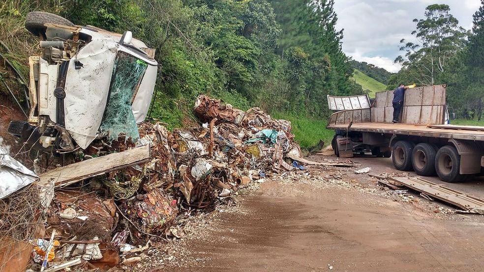 -  Acidente entre caminhão que transportava sucata e carro deixou dois feridos na BR-267 em Bom Jardim de Minas nesta quarta  14   Foto: Gabriel Landim/