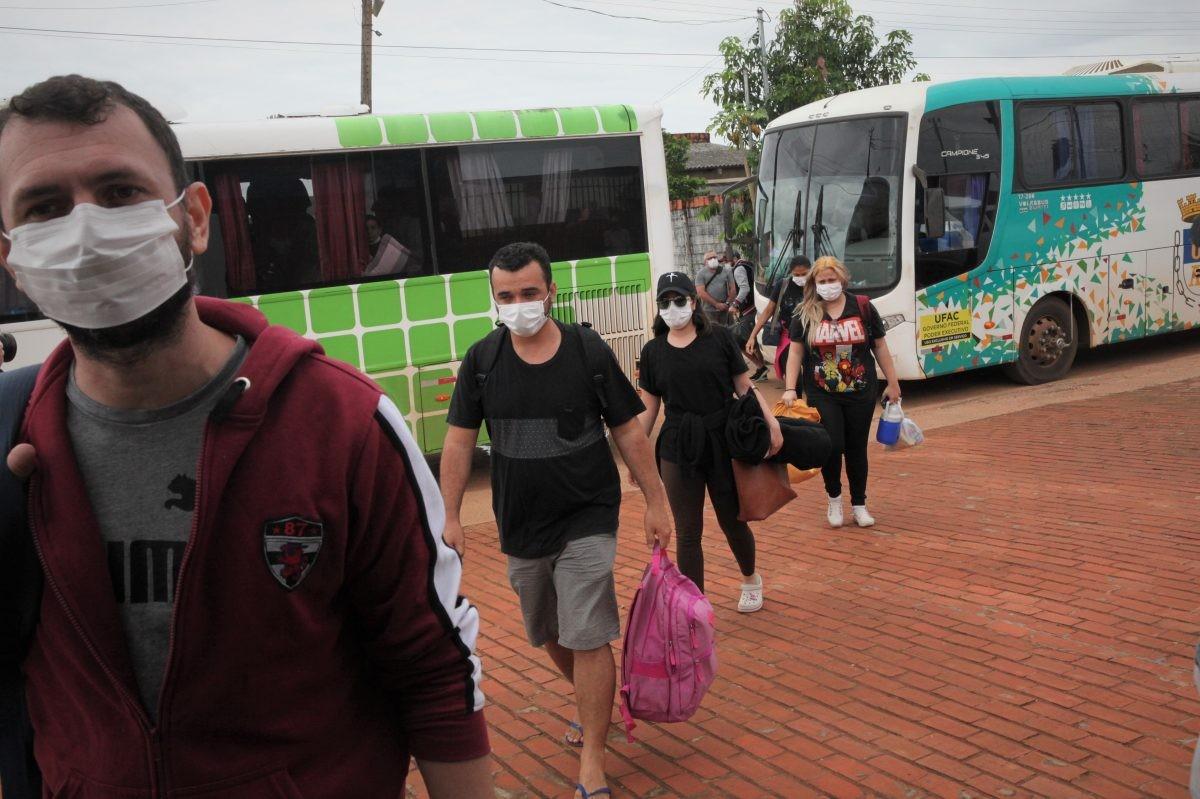 Escoltados pela PRF, quase 80 alunos de medicina que estavam retidos na Bolívia chegam ao Acre