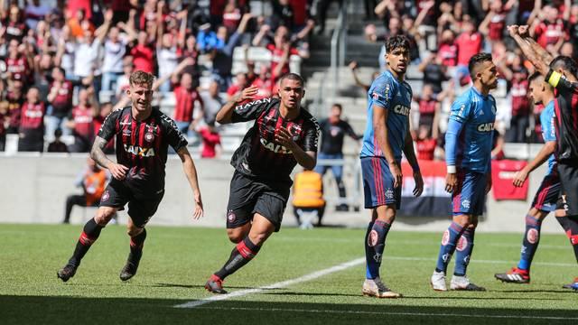 Zé Ivaldo comemora o terceiro gol do Furacão