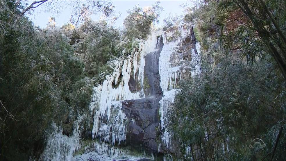 Cachoeira congelou na Serra catarinense (Foto: Reprodução/RBS TV)