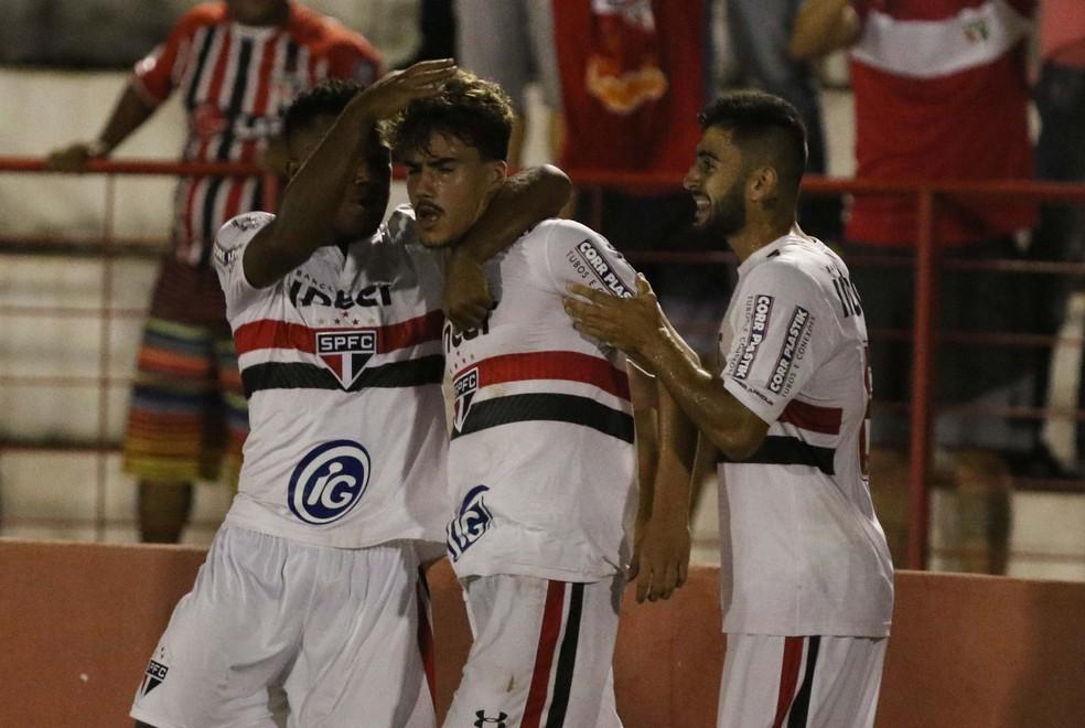 Igor, com seu bigodinho, é abraçado pelos companheiros após o gol (Foto: Célio Messias/saopaulofc.net)