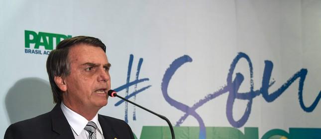 O deputado federal Jair Bolsonaro (PSC-RJ) anuncia que vai se filiar ao PEN (Foto: Apu Gomes / AFP)
