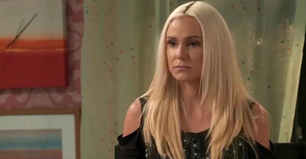 Maristela (Aline Fanju) desconfia da suposta mãe de Florisval (Ailton Graça), em 'Totalmente Demais' — Foto: Reprodução / Tv Globo