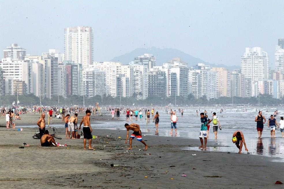 Moradores e turistas frequentam praia e praticam atividades físicas na orla de Santos — Foto: Alexsander Ferraz/Jornal A Tribuna