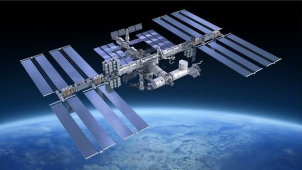 Segundo a agência espacial russa, Roscosmos, a probabilidade de um impacto de lixo contra a Estação Espacial Internacional (ISS) aumentou 5% após teste de armas antissatélite realizado pela Índia (Foto: Getty Images)
