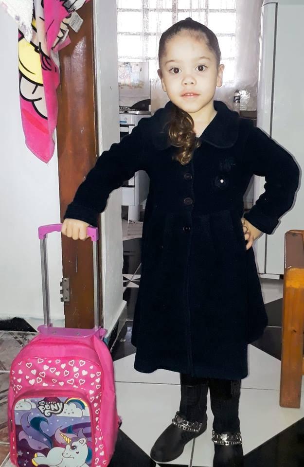 Noemi pronta para voltar à escola na terça-feira (4) (Foto: Reprodução/ Facebook)