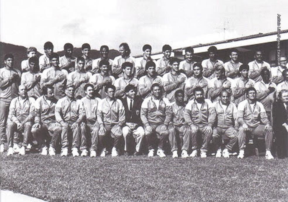 A famosa foto: na Granja, jogadores esconderam símbolo da Pepsi na pose oficial para a Itália — Foto: Reprodução