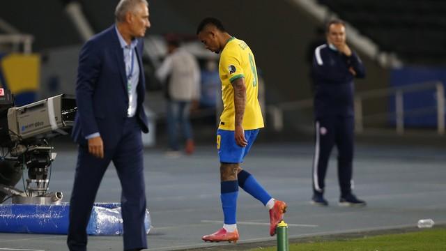 Gabriel Jesus deixa o campo após ser expulso em Brasil x Chile, pela Copa América