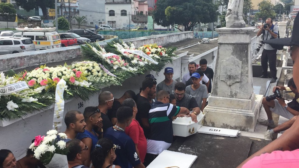Enterro da bebê Maria Louise no São João Batista  (Foto: Henrique Coelho/G1)
